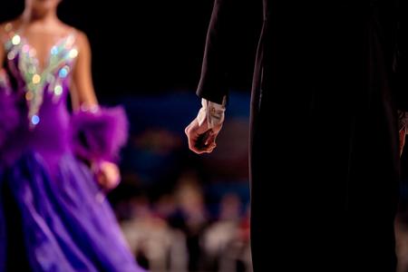 zurück männlicher Tänzer Athlet in schwarzer Frack im Hintergrund von Mädchen Tänzer