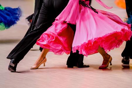 wedstrijden in ballroom dancing. zwarte tailcoat en roze baljurk Stockfoto