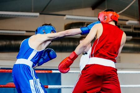 arbitros: Golpe cabeza amateur boxeador hombre boxeo lucha en el ring