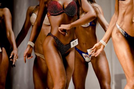 Gruppe von jungen Frauen im Badeanzug zum Wettbewerb im Fitness-Bikini Standard-Bild - 79797648