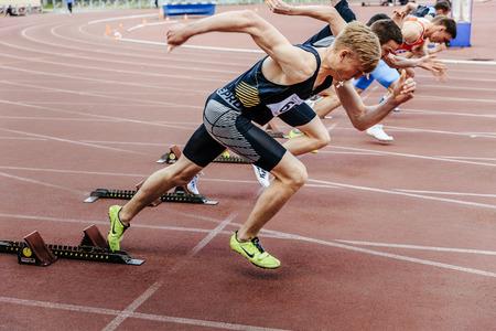 Tcheliabinsk, Russie - 4 juin 2017: début des coureurs sprinters hommes courir 100 mètres lors du championnat UrFO en athlétisme Banque d'images - 81750319