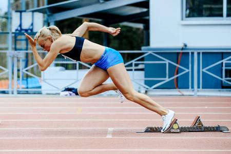 Tscheljabinsk, Russland - 4. Juni 2017: explosives Sprinterlauf des weiblichen Athleten laufen 200 Meter während UrFO-Meisterschaft in der Leichtathletik Standard-Bild - 81750354
