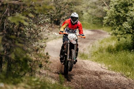 Atleet fiets enduro rijdt in bos track racing motocross