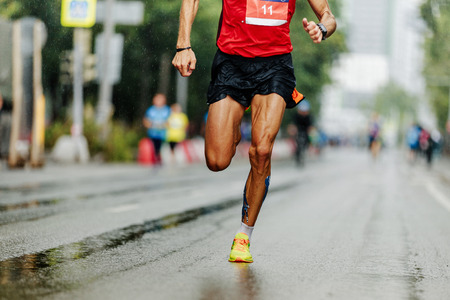 leader athlete runner running city marathon in rain Banque d'images