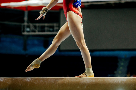 balance beam girl gymnast to competition in artistic gymnastics Foto de archivo