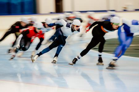 Tscheljabinsk, Russland - 14. November 2017: unscharfe Bewegungsschlittschuhläufer konkurrieren im Mannmassenstart während der Schale im Eisschnelllauf Standard-Bild - 90352865