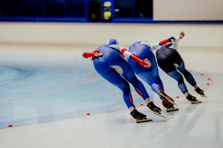 Back three women athletes speed skaters in warm-up Banque d'images