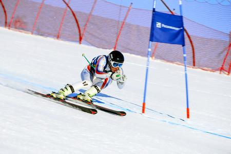 Magnitogorsk, Rusia - 19 de diciembre de 2017: esquiador del atleta del hombre en slalom gigante estupendo durante el esquí alpino de la taza nacional