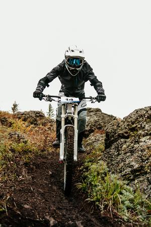 athlete rider downhill on dirty trail in autumn Reklamní fotografie