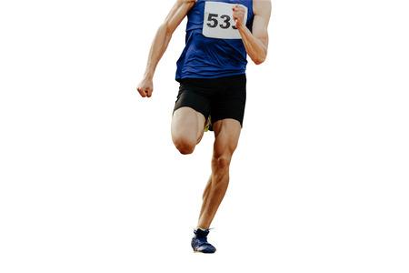 Piernas velocista hombre corredor corriendo sobre fondo blanco aislado