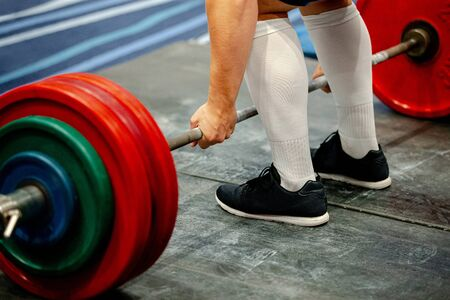 hombres powerlifter barra de levantamiento de pesas competencia powerlifting deadlift Foto de archivo