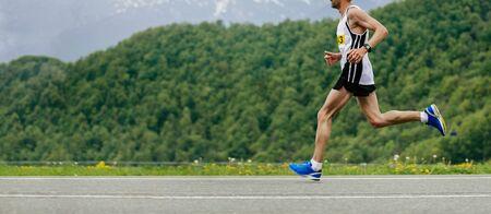 corredor de hombres corriendo maratón de montaña. concepto de espacio de copia