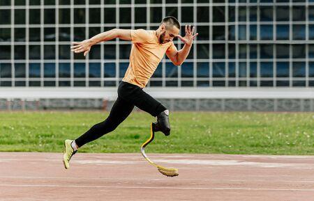 fysiek gehandicapte atleet die loopt met prothetische benen