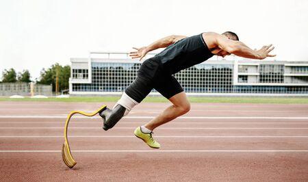 Starte einen behinderten Läufer auf die Strecke. Amputierter Athlet ohne Bein mit Prothese Standard-Bild