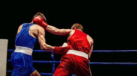 Boxkampf im Ring Boxer Schlagabtausch
