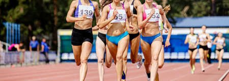 middle distance race run women athletes in track and field