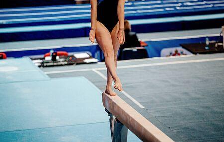 female gymnast athlete exercise balance beam in gymnastics Banque d'images
