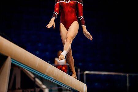 gymnastique artistique de poutre d'équilibre de femmes dans les jeux d'été