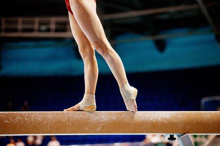 Beine Frauen Schwebebalken Gymnastik in Sommerspielen Standard-Bild