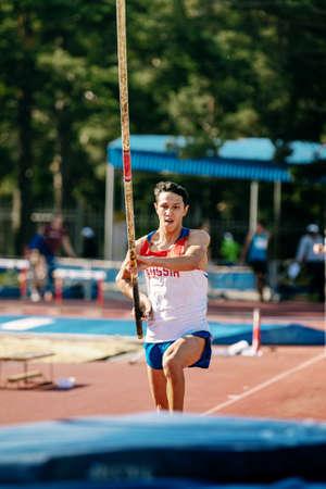 Chelyabinsk, Russie - 24 juillet 2015 : Tentative de Timur Morgunov au saut à la perche pendant le championnat d'athlétisme à la mémoire de Georgy Necheukhin
