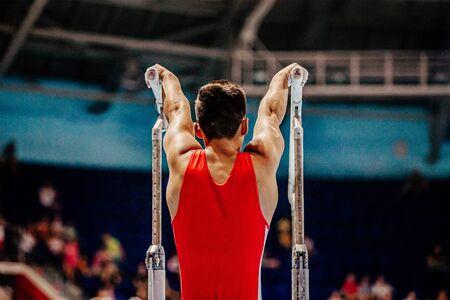 exercice de gymnaste d'athlète sur la gymnastique de barres parallèles