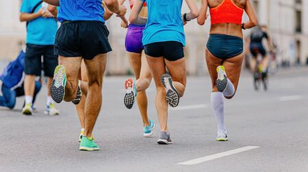后撤五名男女跑者参加城市马拉松比赛