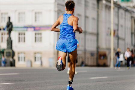 背部运动员,跑步者,跑步比赛在城市的街道