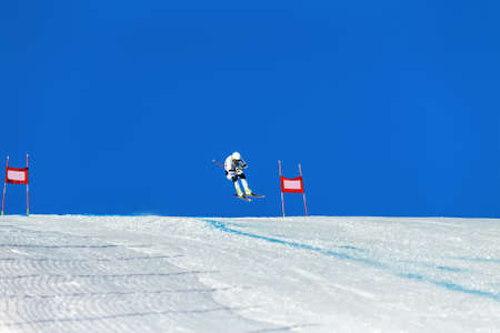 alpine skiing race. athlete skiing between red gates Banque d'images