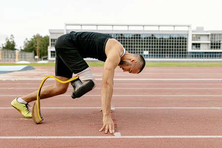 start disabled runner on prosthetic leg on track of stadium Stockfoto