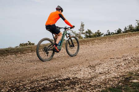 male athlete on mountain bike riding cross country race Zdjęcie Seryjne