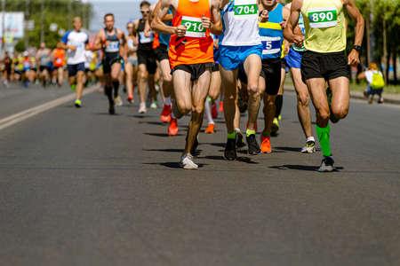 leader marathon race run ahead of large group runners