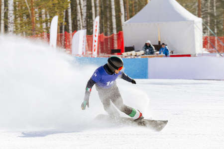Italian snowboard slow down in finish line behind it splashes of snow Standard-Bild