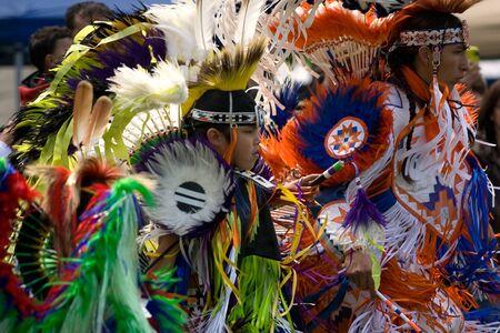 aborigen: London, Canad� - 17 de septiembre de 2011: Una de las Primeras Naciones de Canad� con el vestido tradicional participa en una danza de Pow Wow durante el Festival anual de la cosecha ind�gena y Pow Wow en la Villa Attawandaron encuentra en el Museo de Arqueolog�a de Ontario en Lo