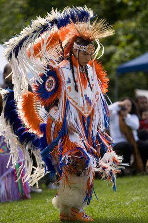 ロンドン、カナダ - 2011 年 9 月 17 日: A 最初国家カナダ伝統的な服を着て参加捕虜のワウ ダンス中にネイティブの収穫祭にあり Attawandaron 村での捕虜のワウ Lo でオンタリオ考古博物館で