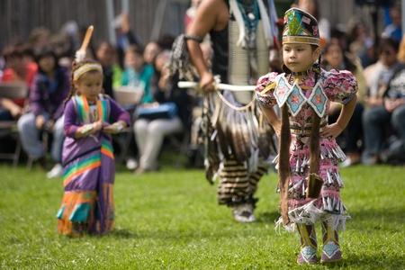 aboriginal: London, Canad� - 17 de septiembre de 2011: Una de las Primeras Naciones de Canad� con el vestido tradicional participa en una danza de Pow Wow durante el Festival anual de la cosecha ind�gena y Pow Wow en la Villa Attawandaron encuentra en el Museo de Arqueolog�a de Ontario en Lo