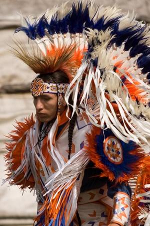aborigen: London, Canad� - 17 de septiembre de 2011: A las Primeras Naciones de Canad� con sus trajes t�picos participa en una danza de Pow Wow anual de la cosecha durante el Festival Nativo y Pow Wow en la Villa Attawandaron encuentra en el Museo de Arqueolog�a de Ontario en Lo