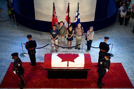 トロント、オンタリオ州、カナダ。2011 年 8 月 26 日。2011 年 8 月 22 日、全国のカナダ人彼の死に続く以前の年の最も大きい選挙の勝利に彼の党をと
