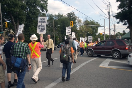 London, Canada - September 14, 2011: Members of the University of Western Ontario Faculty Association - Librarians and Archivists picket at the Richmond Street gates of the University of Western Ontario in London. One of the main issues in the strike is t 新聞圖片