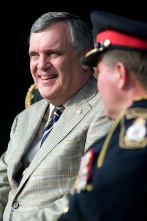 luitenant: London Ontario, Canada - 13 juli 2010: Ontario luitenant-gouverneur David Onley is de eregast op de openingsceremonie van de 2010 Special Olympics, Canada Zomerspelen.