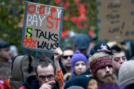 dann: Toronto Ontario, Kanada - 15. Oktober 2011. Das Besetzen Wall Street Bewegung entstand in einer Reihe von kanadischen St�dten am Samstag. In Toronto eine Menge, die 3000 bei K�nig und Bay gesammelt wuchs marschierte dann besetzt und St. James Park.