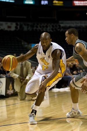 london lightning: London Ontario, November 24, 2011. Eddie Smith (20) of the London Lightning drives to the net in a National Basketball League of Canada between the London Lightning and Moncton Miracles. London won the game 105-93.  Editorial