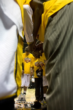 london lightning: London Ontario, Canada - March 25, 2012. Members of the London Lightning meet at centre court for a team prayer.  The London Lightning defeated the Halifax Rainmen 116-92 in the fifth and deciding game to win the National Basketball League of Canadas cha Editorial