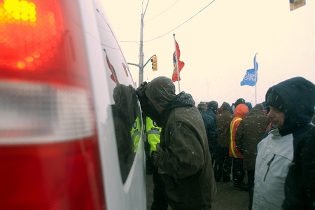 London Ontario, Canada - January 2, 2012. Canadian Auto Workers locked out from the Electro Motive factory in London look inside a van suspected of carrying replacement workers. CAW Local 27 workers were locked out from the Electro Motive Diesel factory i 新聞圖片