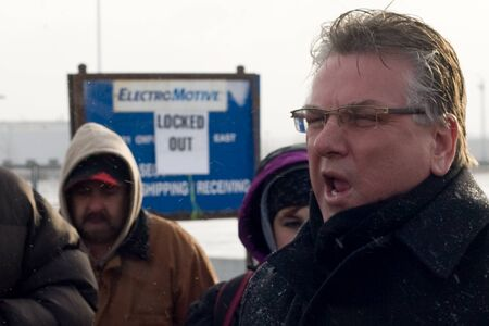London Ontario, Canada - January 2, 2012. Canadian Auto Workers president Ken Lewenza speaks with locked workers at the Electro Motive plant in London.  CAW Local 27 workers were locked out from the Electro Motive Diesel factory in London on January 1, 20 新聞圖片