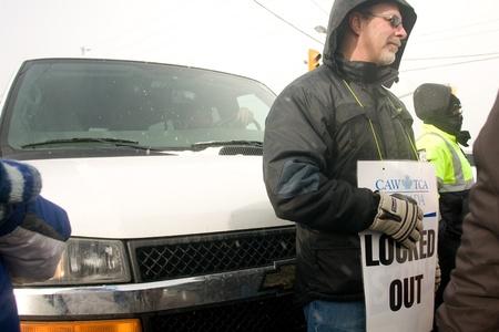런던 온타리오, 캐나다 - 년 1 월 2 일 2012 년 캐나다 자동차 노동자 조합원은 전기 동기 공장에 들어가는 것을 의심 대체 근로자를 운반하는 밴을 차단  에디토리얼