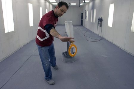ロンドン オンタリオ, カナダ - 2012 年 3 月 5 日。Steve マンは慎重にそれを塗る前に単一のスカルを pinstripping 18を産みます。