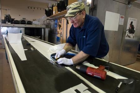 London Ontario, Canada - 5 maart 2012. Alex Sigethy werkt op een sjabloon voor een race-schedel.