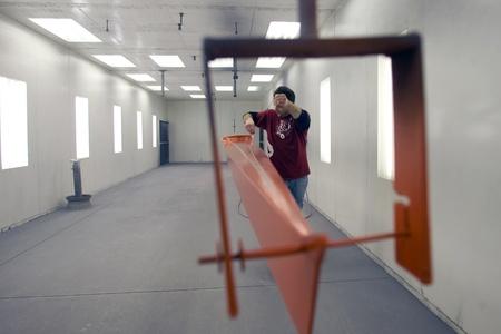 """London Ontario, Canada - 5 maart 2012. Steve Mann verwijdert 18 """"pinstripping tape van een schedel die hij net geschilderd. Redactioneel"""