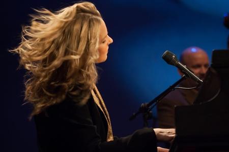 muscian: London, Canad� - 4 de marzo de 2013. Cantante de jazz y pianista canadiense, Diana Krall se realiza en los jardines de Budweiser en Londres Canad�.