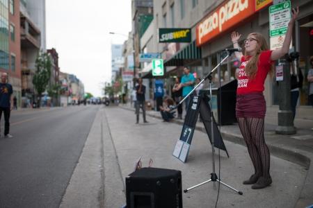 """anochecer: La tercera edición del Nuit Blanche, o festival """"Noche en Blanco"""" tuvo lugar el 15 de junio de 2013 en Londres, Ontario. El festival cuenta con el acceso a galerías, museos, callejuelas, callejones aceras y parques se convertirá lugares para atraer al público en una variedad de ar Editorial"""